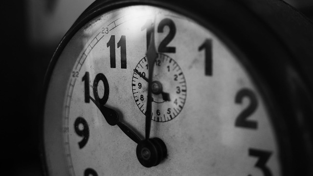 This image has an empty alt attribute; its file name is clock-1031503_640.jpg